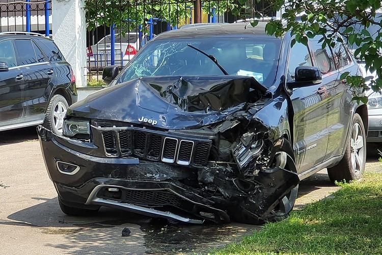 Разбитый автомобиль Jeep Grand Cherokee, за рулем которого находился актер Михаил Ефремов. Фото: Денис Воронин/АГН Москва