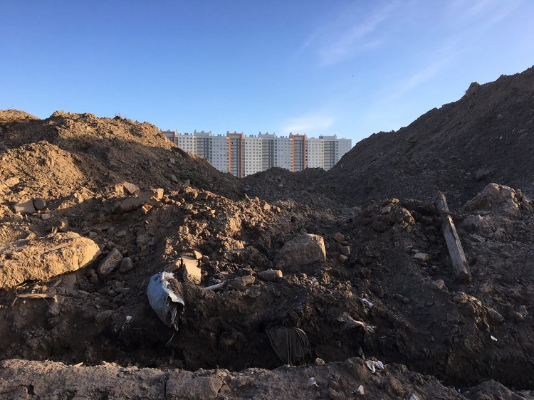 """Обломки бетона и куски арматуры, по словам компании, которая занимается приемом мусора, остались после предыдущего арендатора. Фото: сообщество """"Красивый Петербург"""""""