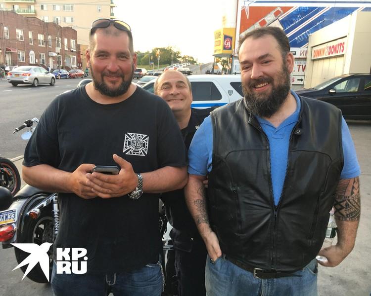 Гарри встал позади здоровенных русских байкеров, типа, вот, богатыри, которые сейчас защищают полицию Нью-Йорка