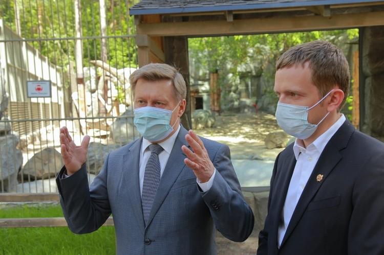 Мэр Анатолий Локоть и директор Зоопарка Андрей Шило обсудили нюансы открытия. Фото: пресс-центр мэрии