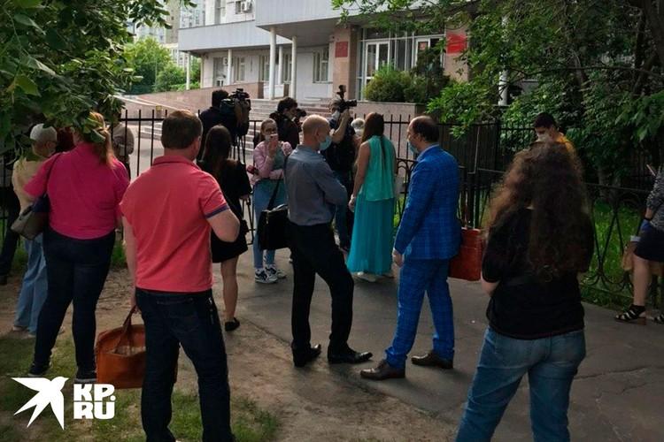 Как обьявили в суде, поступило сообщение о минировании здания, всех сотрудников и участников процесса экстренно вывели на улицу.