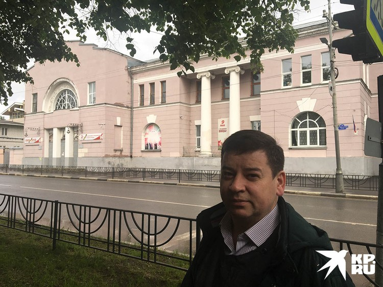 Директор Дмитрий Рачков на фоне здания ДК Ногина.