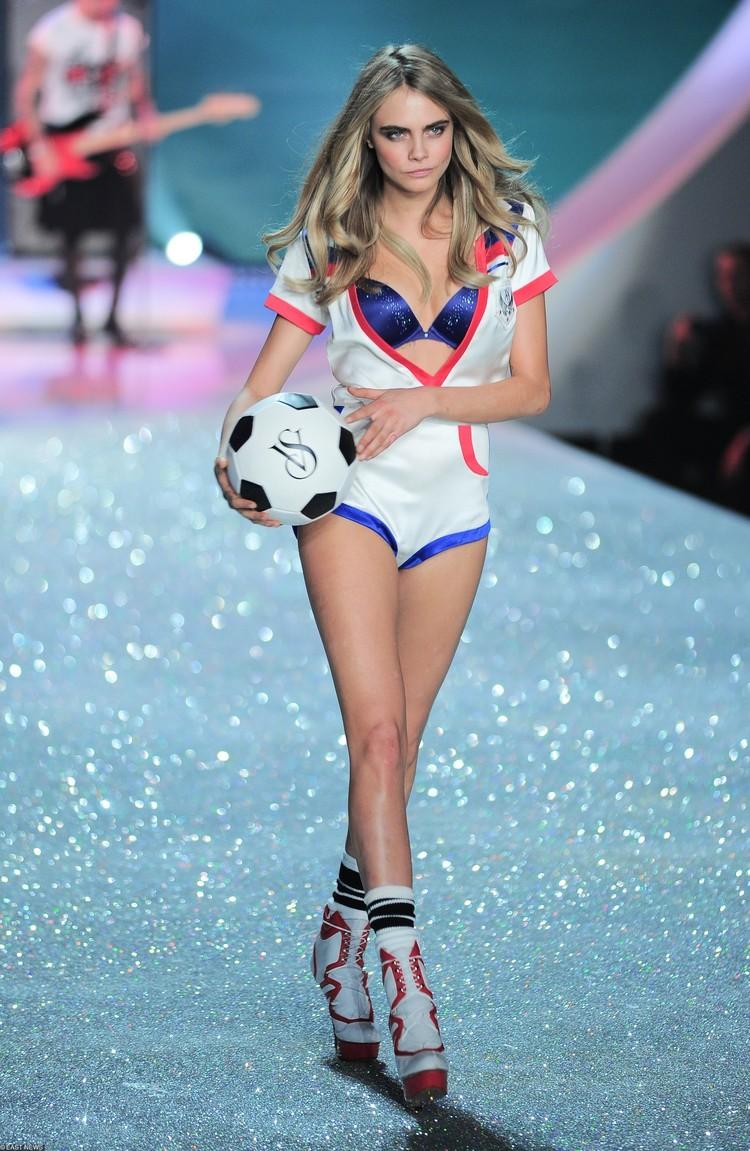 Делевинь участвовала в сотнях показов самых известных модных домов, включая Chanel и Victoria's secret.