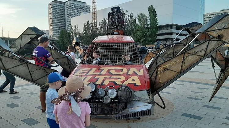 Официальное открытие 18 июня, но машину уже облюбовала детвора.