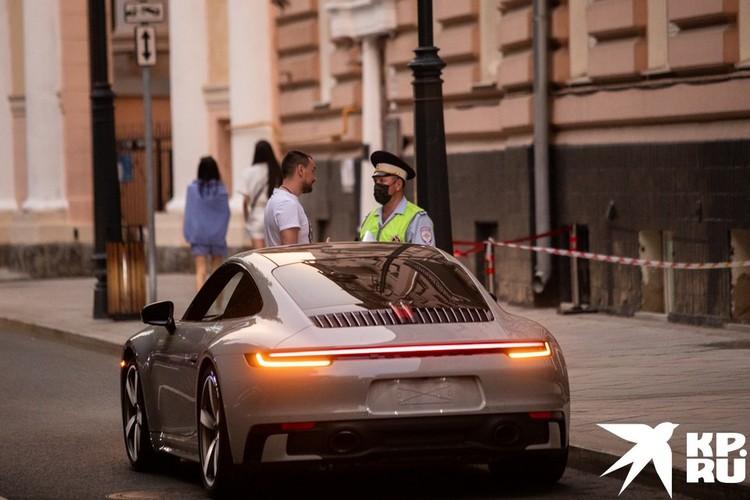 Сотрудники ДПС тормозят для проверки дорогие авто.