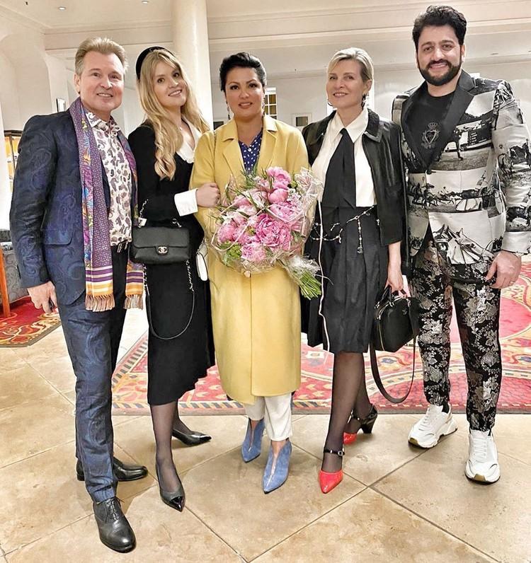 Анна Нетребко, Юсиф Эйвазов с Александром Малининым, его женой и дочерью после выступления в Дрездене.