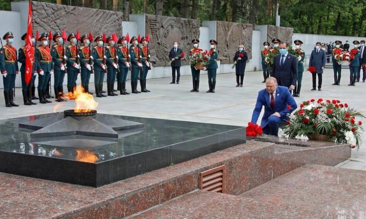 Полпред Николай Цуканов возложил цветы в Екатеринбурге