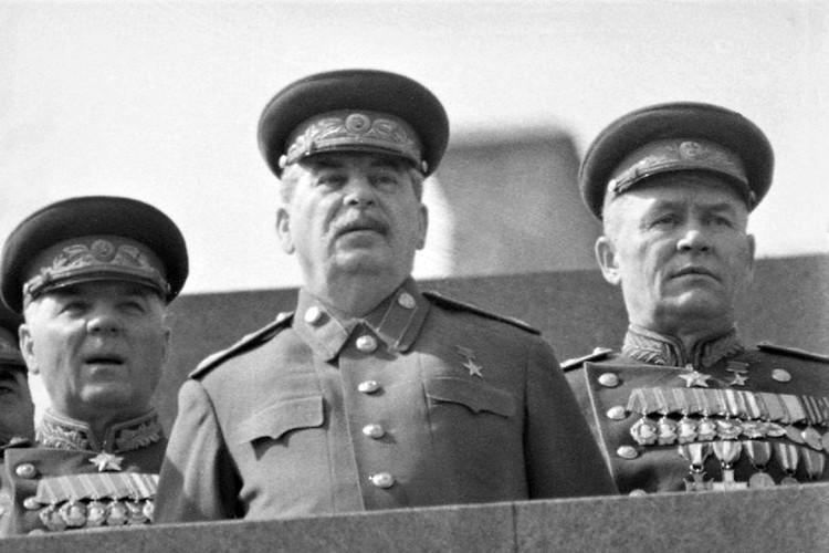 Сталин сам готовился принимать Парад. Но упал с коня