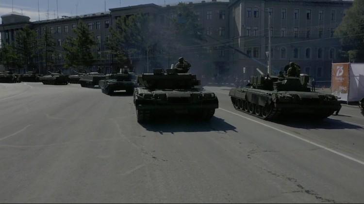 Шествие военной техники.