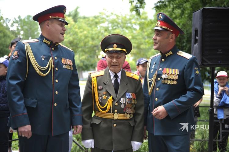 Военнослужащие ЦВО пожелали ветерану крепкого здоровья