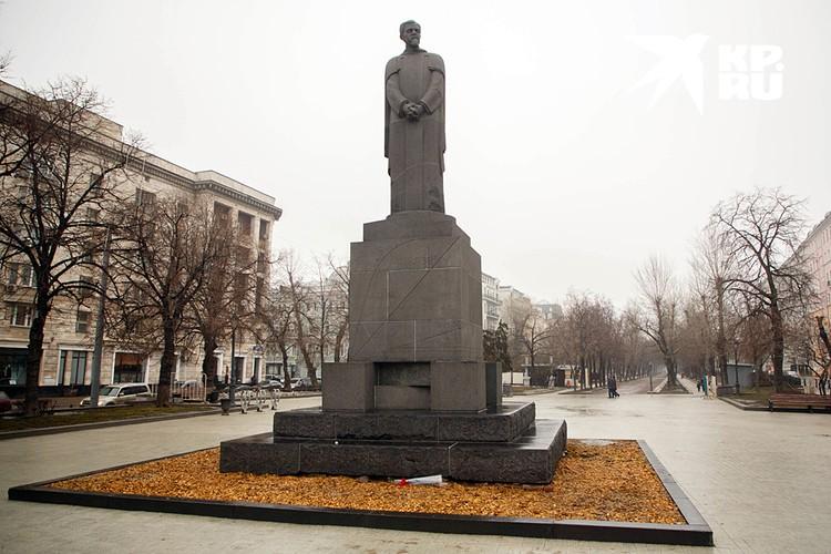 Памятник Клименту Тимирязеву, стоящий у здания ТАСС, тоже хранит следы бомбардировки