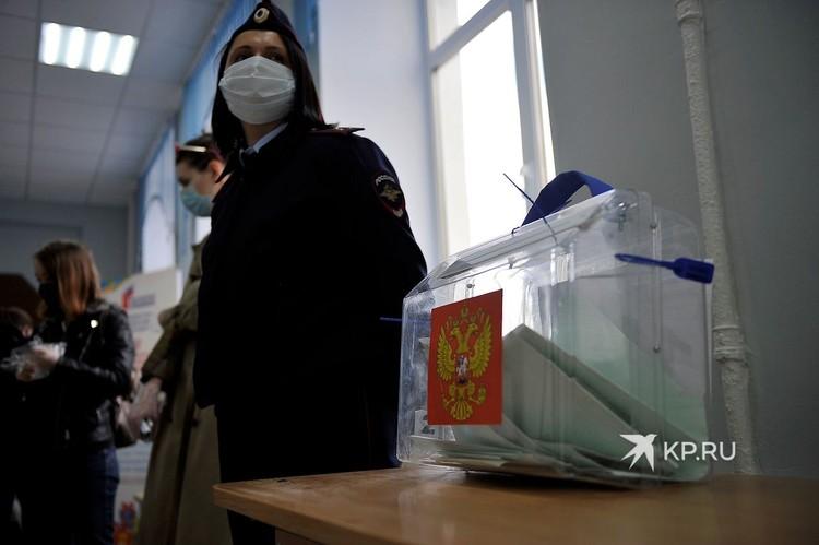 За порядком на избирательном участке следила сотрудница полиции.