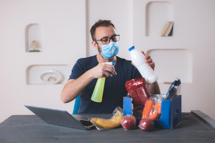 Эпидемиологи советуют нам продолжать соблюдать правила санитарной обработки предметов, на которых могут сохраняться вирусные частицы.