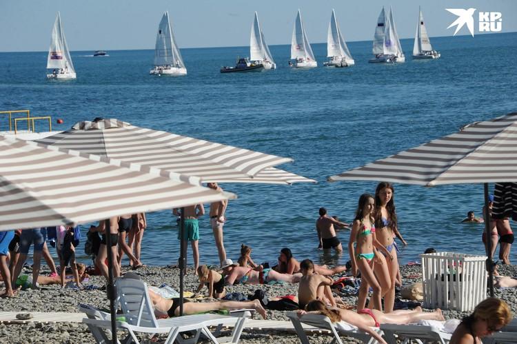 В этом году социальная дистанция будет на пляжах обязательной.