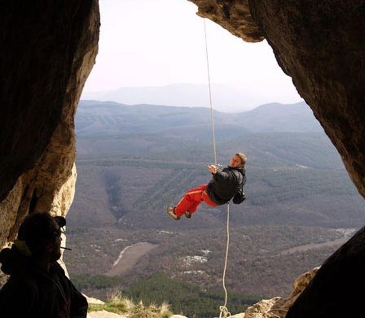 В Таврскую пещеру, куда без скалолазного снаряжения не попасть. Очень уж укромное место Фото:Лев Лев