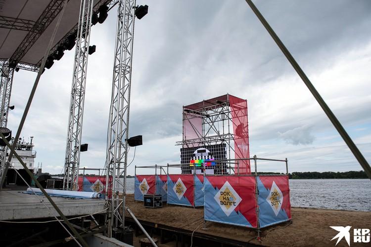 Напротив сцены разместили экран, на котором музыканты будут видеть зрителей