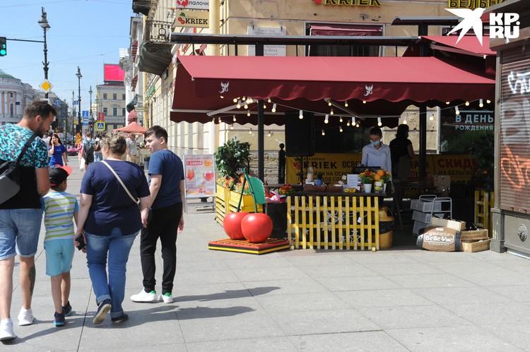 Летние веранды открылись, но рестораторы этому не очень рады: пока нет туристов, в плюс не выйти.