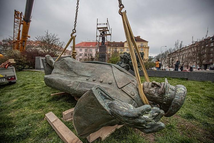 Памятник маршалу Коневу демонтировали в Праге 3 апреля 2020 г. Фото: EPA/MARTIN DIVISEK/ТАСС