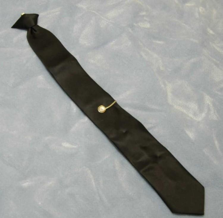 Единственная улика - галстук, забытый в салоне самолета. Современная экспертиза нашла на нем частицы редкоземельных металлов. Фото: FBI