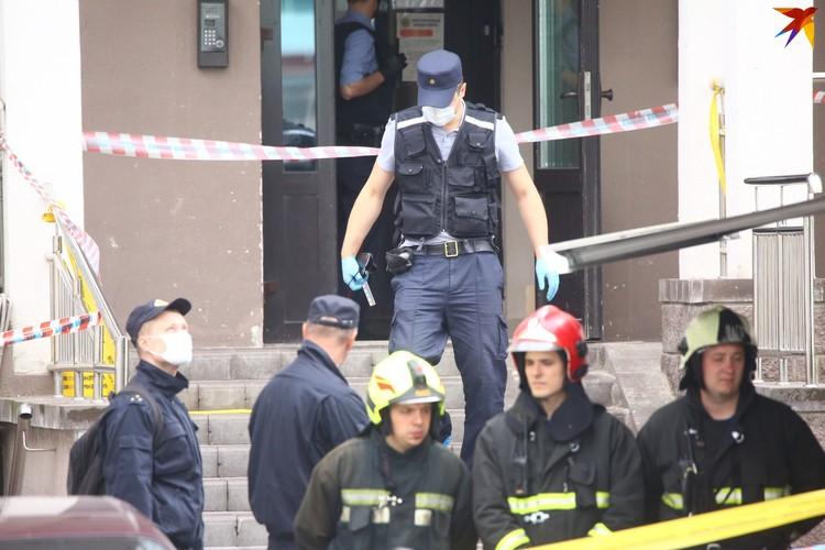На месте трагедии работают сотрудники СК и милиции.