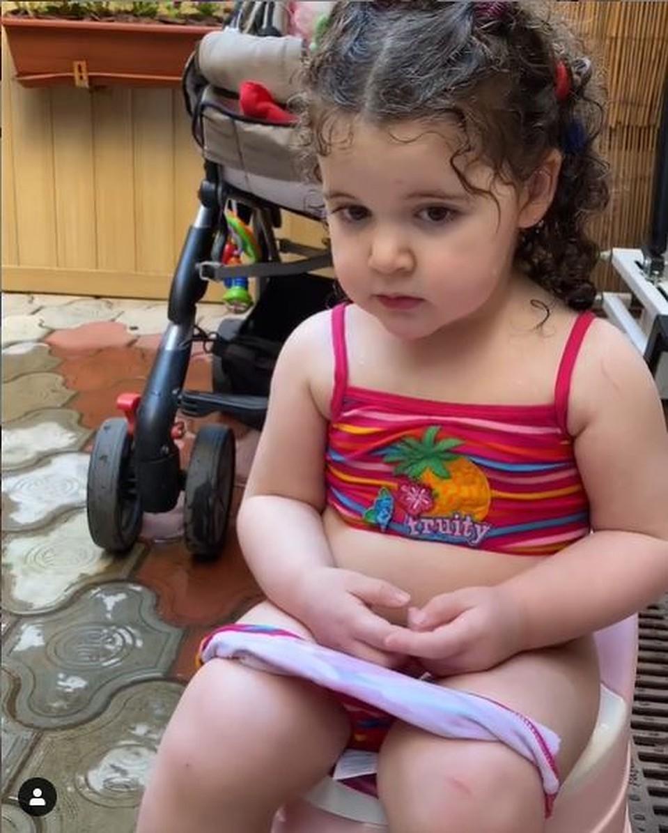 Жена Эммануила Виторгана сняла дочку Этель на горшке. Фото: кадр видео.
