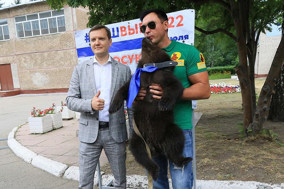 Глаша с работником зоопарка Александром Чеботаревым. Фото: Олег УКЛАДОВ