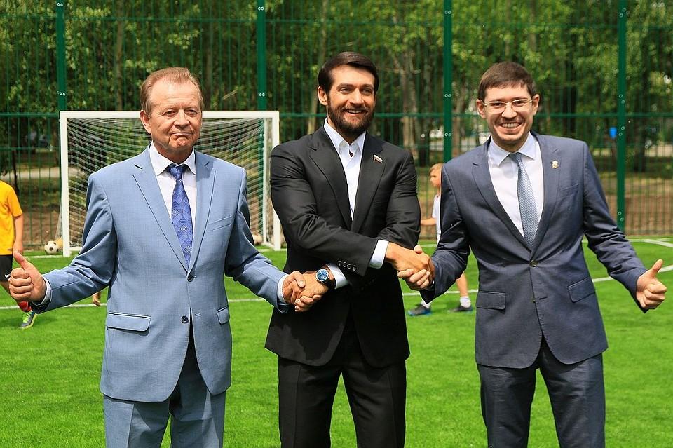 В Барнауле прошла первая тренировка на новом поле для мини-футбола. Фото: Олег УКЛАДОВ