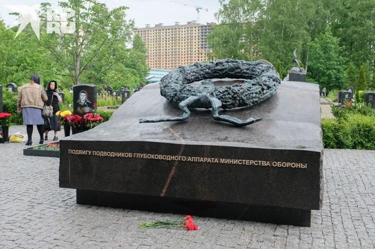В память о моряках на кладбище поставили мемориал