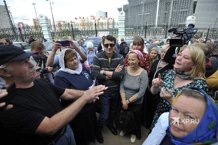 В толпе активно спорили - среди присутствующих оказалась сторонница Епархии Оксана Иванова, которая критикует схиигумена