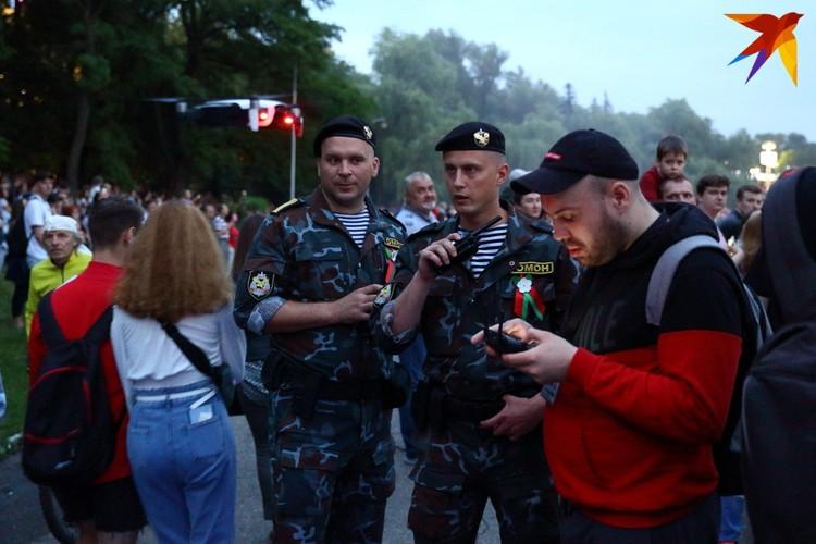 Сотрудник информационное агентство «Минск-новости» снимал открытие с воздуха, представители ОМОНа потребовали его посадить.