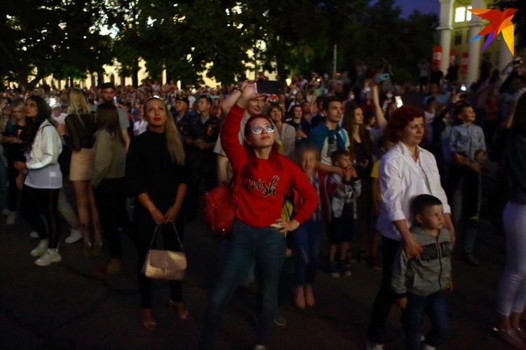 Минчане наблюдают над фейерверком в День Независимости Республики Беларусь 3 июля 2020 года.