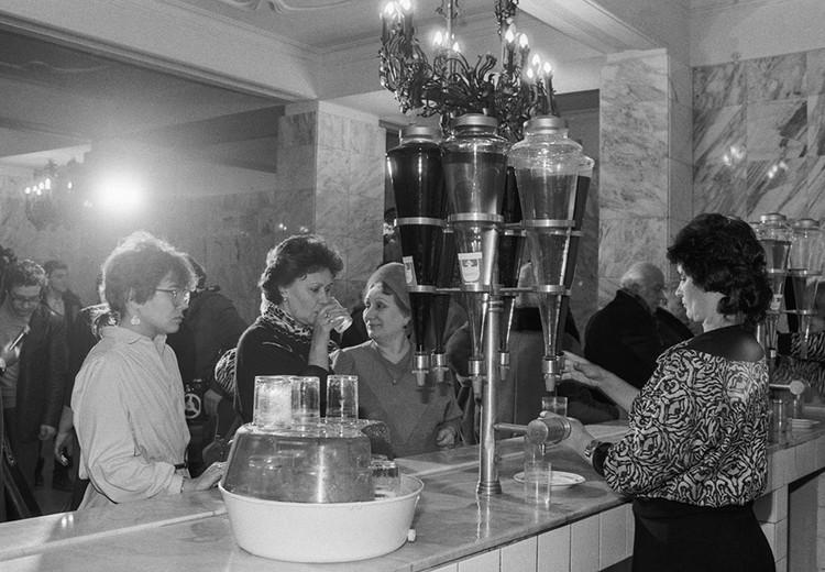 Соки и газированные воды. Фото: Соболев Валентин/Фотохроника ТАСС