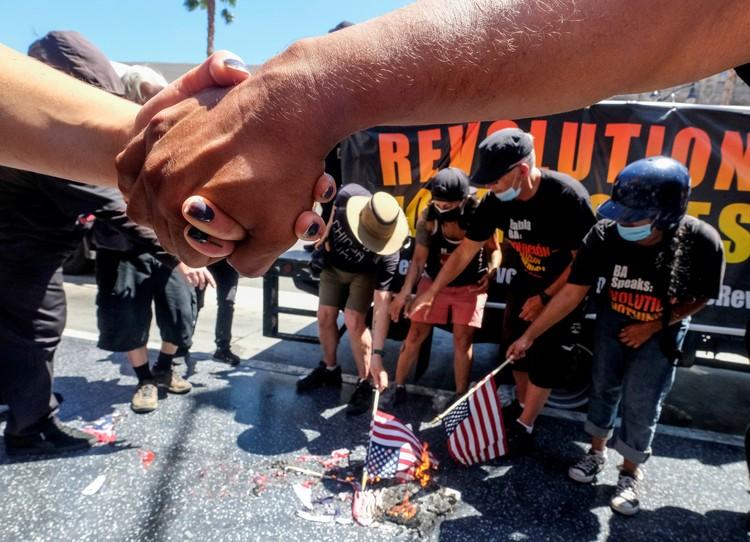 4 июля жгли американские флаги