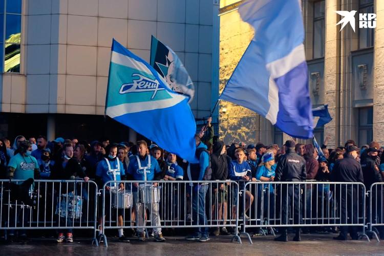 Сине-бело-голубая толпа была не только яркая, но и шумная.