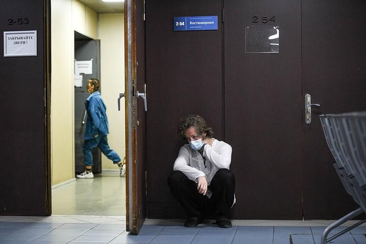 Кто-то и сам не стремится к человеческому контакту, просто распевается в коридорном аппендиксе. Фото: Максим ЛИ
