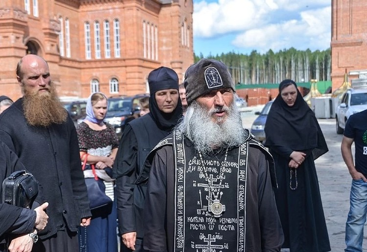 священник отказался служить в монастыре, но заявил, что продолжит им управлять