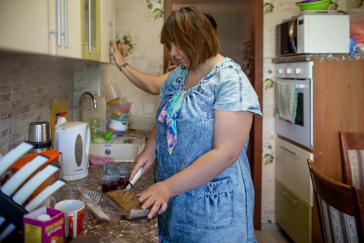 Марина спокойно справляется с домашними делами. Гостеприимно напоила корреспондента чаем со сладостями.