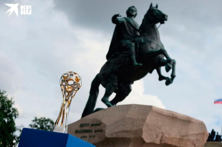 Рядом с таким величественным памятником трофей смотрится особенно внушительно!