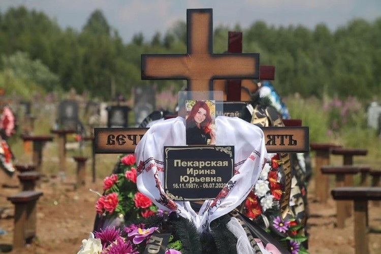 Могила Ирины утопала в цветах. Проститься с ней пришли родные, друзья, одноклассники.