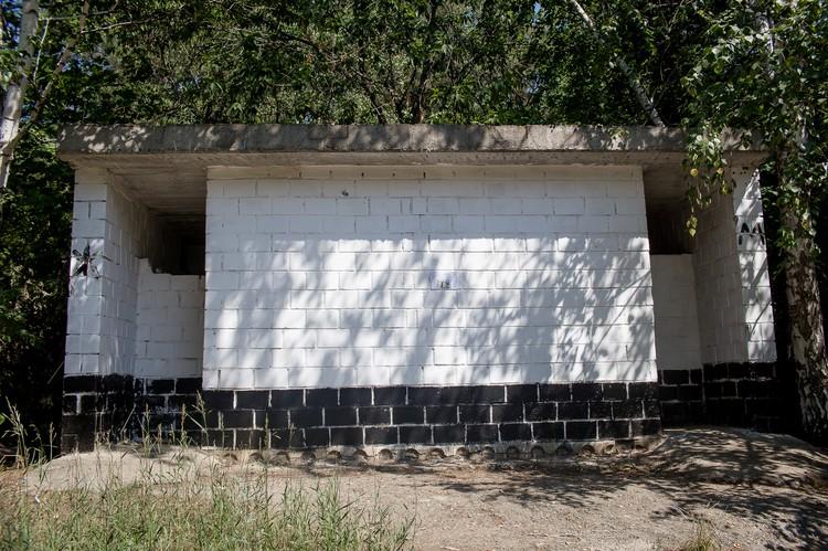 На входе: мрачный туалет, выполненный в лучших советских традициях.
