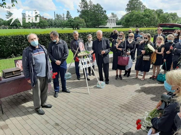 На кладбище пришли десятки поклонников блогерши