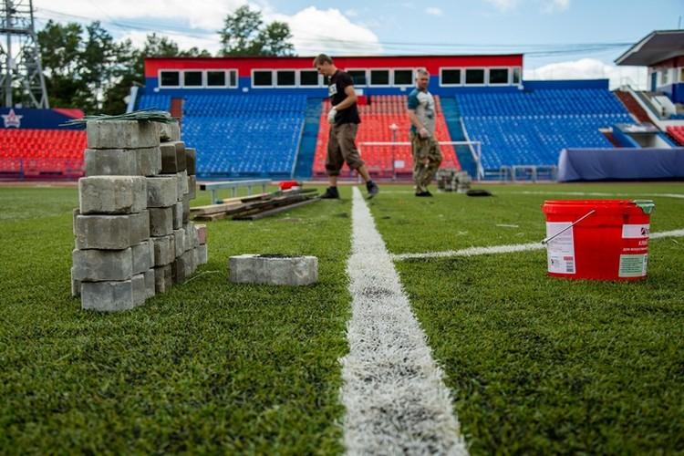 В Хабаровске подготовили футбольное поле к началу нового сезона