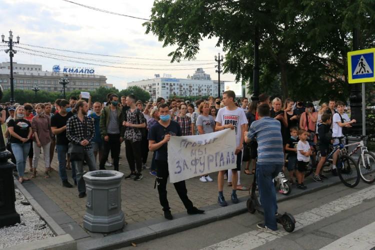Митингующие приходят к зданию регионального правительства