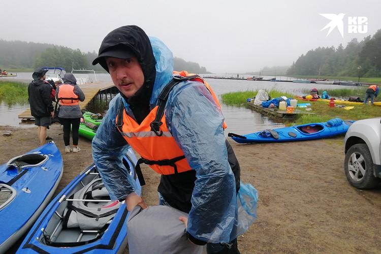 Вещи упаковываем в гермомешки и крепим к лодке.