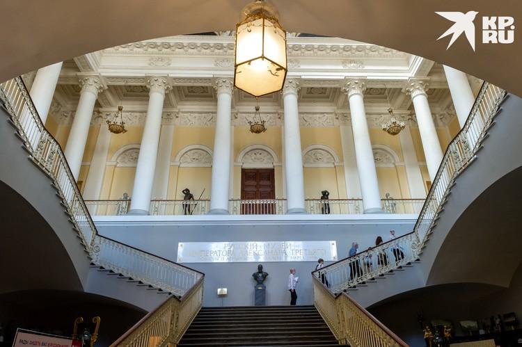 Пустой Русский музей выглядит величественно и впечатляюще