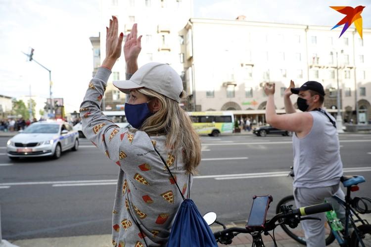 Люди аплодисментами выражают своё несогласие с результатами регистрации кандидатов в президенты Республики Беларусь.