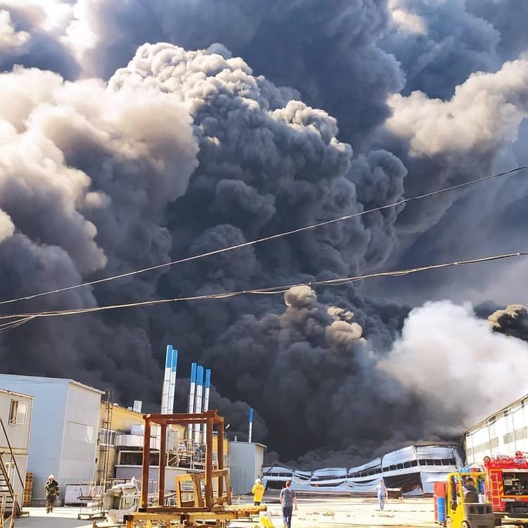 Дым от горящего склада был виден во всех уголках города. Фото: ПСО