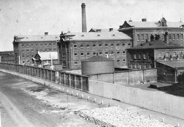 За два года до запуска городской электростанции, в тюрьме на ул Полевой камеры и территория освещались электрическим светом