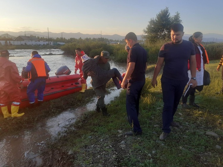 Эвакуация детей Фото: МЧС Тувы