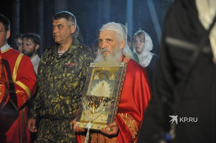 """Со словами """"Вперед, моя армия"""", Сергий начал крестный ход."""